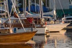 Os iate e os barcos de prazer estacionaram com a âncora no porto Fotos de Stock