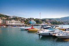 Os iate e os barcos de prazer são amarrados em Balchik fotos de stock