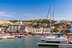 Os iate e os barcos de prazer são amarrados no porto da cidade pequena Foto de Stock