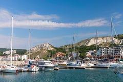 Os iate e os barcos de prazer são amarrados no porto de Balchik Imagens de Stock