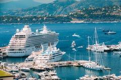 Os iate e os navios brancos de tamanhos diferentes são Fotos de Stock Royalty Free