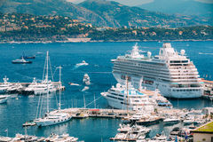 Os iate e os navios brancos de tamanhos diferentes são amarrados na cidade Fotos de Stock