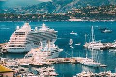 Os iate e os navios brancos de tamanhos diferentes são amarrados no cais da cidade Foto de Stock Royalty Free
