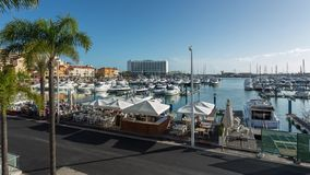Os iate luxuosos entraram no porto perto do grande hotel Lapso de tempo filme