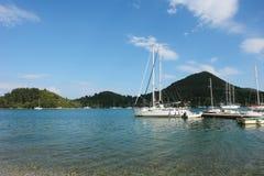 Os iate, o mar e o céu azul em Grécia Imagens de Stock Royalty Free