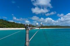 Os iate suprem com gaivotas e a praia tropical bonita no backgr Foto de Stock Royalty Free