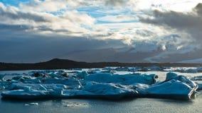 Os iceberg estão derretendo na lagoa da geleira de Jokulsarlon no por do sol imagens de stock