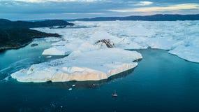 Os iceberg os maiores em Gronelândia Os iceberg da opinião do zangão colocam fotos de stock