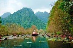 Os ienes fluem na maneira ao pagode no outono, Hanoi de Huong, Vietname Paisagens de Vietname Foto de Stock