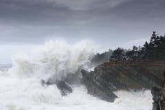Os inchamentos de uma década que deixa de funcionar contra os penhascos do parque estadual dos acres da costa, arrulham baía Oreg Foto de Stock