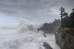 Os inchamentos de uma década que deixa de funcionar contra os penhascos do parque estadual dos acres da costa, arrulham baía Oreg Fotografia de Stock