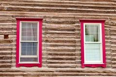 Os indicadores moldados vermelhos na casa de registro muram a arquitetura Fotografia de Stock