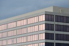 Os indicadores roxos refletem abaixo do céu azul imagens de stock royalty free