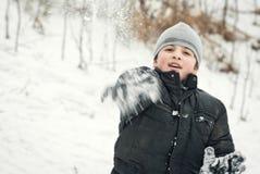 Os indivíduos estão jogando na neve no inverno Imagem de Stock