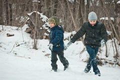 Os indivíduos estão jogando na neve no inverno Imagem de Stock Royalty Free