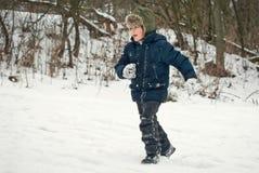 Os indivíduos estão jogando na neve no inverno Foto de Stock Royalty Free
