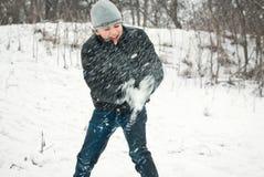 Os indivíduos estão jogando na neve no inverno Fotos de Stock Royalty Free