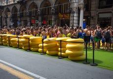 Os indivíduos novos que esperam o jogo com a corrediça de água a mais longa entraram no livro de Guinness de registros mostrados  fotos de stock