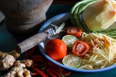 Os ingredientes ajustaram-se da salada da papaia ou do Tum do som no nome tailandês Imagens de Stock