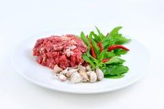 Os ingredientes da carne fritada picante com manjericão saem Foto de Stock
