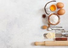 Os ingredientes do cozimento flour, põem manteiga, adoçam, salgam, ovos Fotos de Stock