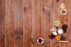 Os ingredientes endurecem em um fundo de madeira Fotografia de Stock