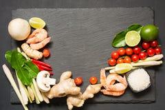 Os ingredientes especiais para o cal picante tailandês do kung da sopa Tom-yum, o galangal, o pimentão vermelho, o tomate de cere imagens de stock royalty free