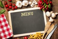 Os ingredientes italianos para a massa no menu do giz embarcam imagens de stock