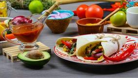 Os ingredientes para Burritos envolvem a carne, o milho, os tomates e as pimentas no fundo de madeira Vista superior foto de stock