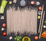 Os ingredientes para cozinhar o alimento coreano do vegetariano, cebolas, alface, tomates de cereja, cogumelos, hashis colocam o  imagens de stock royalty free