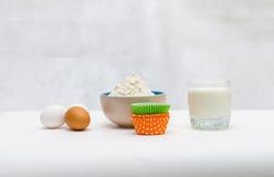 Os ingredientes para o queque de cozimento Fotografia de Stock Royalty Free