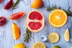 Os ingredientes para o verão bebem a limonada congelada alaranjada Fotografia de Stock Royalty Free