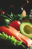 Os ingredientes para a salada com salmão fumado e abacate, alimentos são imagem de stock