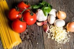 Os ingredientes para uma refeição italiana deliciosa e saudável com todos os ingredientes frescos fotografia de stock