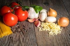 Os ingredientes para uma refeição italiana deliciosa e saudável com todos os ingredientes frescos foto de stock