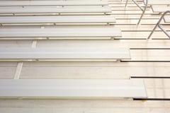 Os inrows vazios do assento do bleacher, recolhidos uma escola moderna ostentam imagem de stock