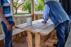 Os instaladores constroem um pavilh?o do material de madeira fotografia de stock