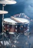 Os instrumentos musicais rufam o jogo, flash da luz, uma luz bonita Foto de Stock Royalty Free