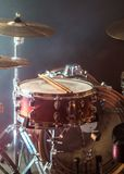 Os instrumentos musicais rufam o jogo, flash da luz, uma luz bonita Imagens de Stock Royalty Free