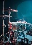 Os instrumentos musicais rufam o jogo, flash da luz, uma luz bonita no fundo com espaço da cópia Fotografia de Stock