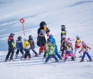 Os instrutores do esqui estudam esquiadores novos na escola do esqui das crianças Estância de esqui em Áustria, Zams o 22 de feve Imagens de Stock Royalty Free