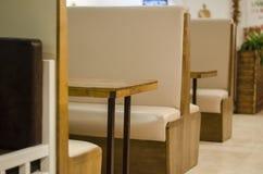 Os interiores do restaurante fecham-se acima da vista imagens de stock royalty free