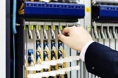 Os interruptores e os cabos da sala das telecomunicações imagem de stock royalty free