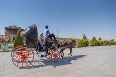 Os iranianos sentam-se no transporte no quadrado de Naghsh-e Jahan Fotos de Stock Royalty Free