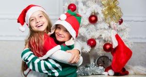Os irmãos aprontam-se para comemorar o Natal ou encontrar o ano novo Feliz Natal Tradição do feriado da família Crianças alegres foto de stock