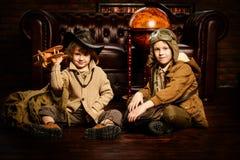 Os irmãos fantasiam em casa fotos de stock royalty free