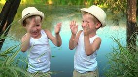 Os irmãos são sussurrados após a pesca Crianças felizes após a pesca filme