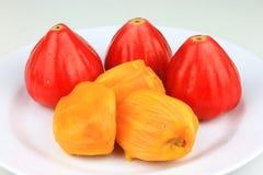 Os Jackfruits carne e as maçãs da água frutificam isolado no branco imagem de stock royalty free