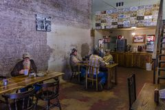 Os jantares bebem o café e mastigam a gordura no café de Imogenes e no produtos de forno, San Augustine, Espaço, Texas foto de stock royalty free