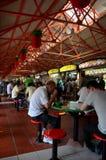 Os jantares comem em tabelas exteriores Maxwell Food Center Singapore imagem de stock royalty free